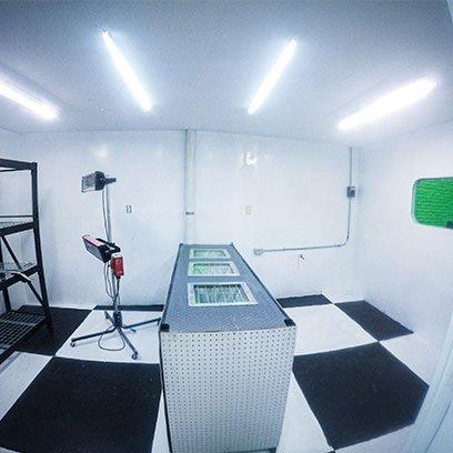 Interior de cabina de pintura con lámparas Ponce Racing
