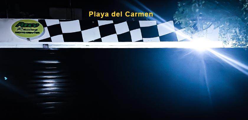 Exterior sucursal ponce racing playa del Carmen en la noche
